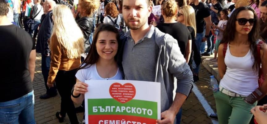 Пазарджиклии отидоха в София за протеста срещу Стратегията за детето, стотици се събраха в Пазарджик