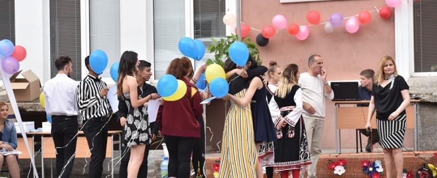 """В """"Аксаков"""" изпратиха абитуриентите с Капсула на времето, дариха и униформата, с която представиха България в Страсбург"""