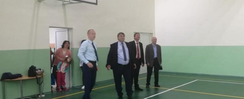 """Образователният министър дойде в Пазарджик за откриването на игрище и салон в СУ""""Петър Берон"""""""