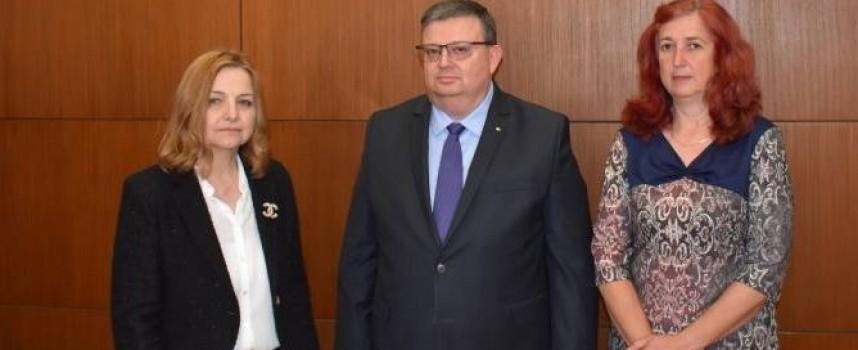 Прокурор Недялка Попова, ДАНС и следовател Даниела Янева с награда от Сотир Цацаров