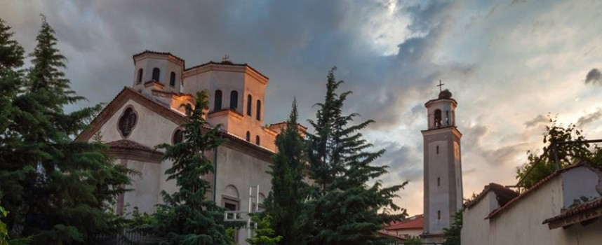 Започна литургията в храма на закрилниците на Пазарджик, в 11 ч. вдигаме знамето