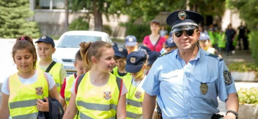 """124 деца гледаха демонстрации и мериха сили в областно състезание """"Детско полицейско управление"""""""