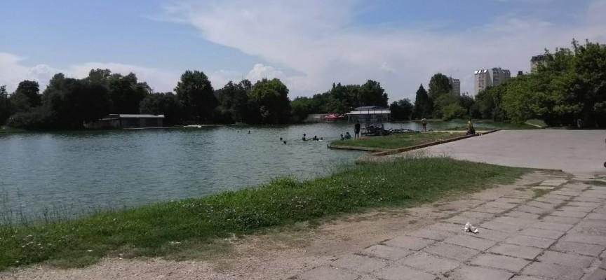 """Читателска връзка: Деца окупираха езерото до ресторант """"Фемили"""", има ли спасител?"""