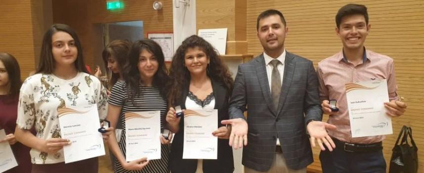 Христина Николова, Мариела Иванова, Мария – Николина Гюрова и Иван Кукушев с награда на херцога на Единбург