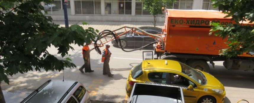 Запълват дупките по пътя с машина, процесията обиколи центъра днес