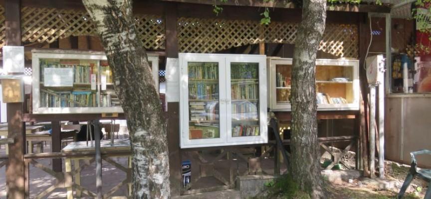 """Библиотеката """"Вземи, прочети и върни"""" на Атолука се разраства"""
