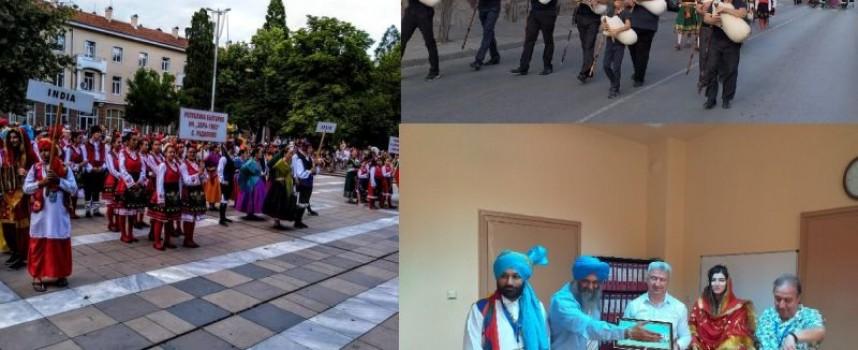Индийци танцуват в центъра на Пещера