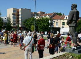 Пазарджик: Десетки граждани с цветя за Левски