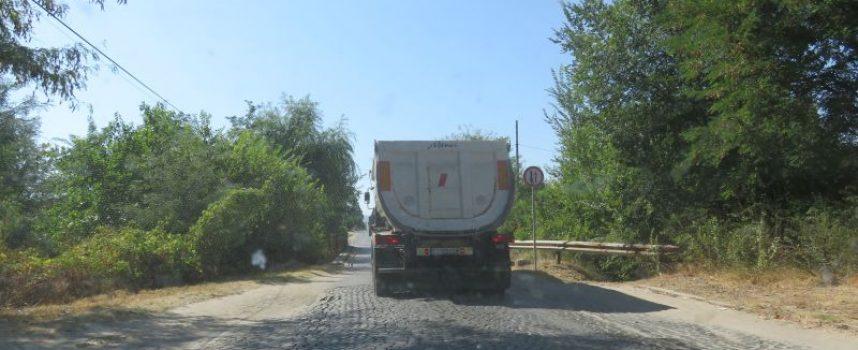 Въпреки забраната: Огромни камиони минават по моста в Бошуля
