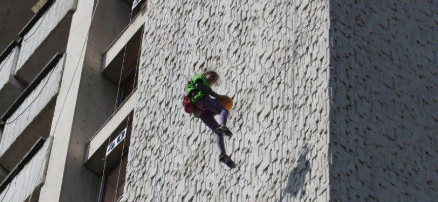 Днес и утре: Смелчаци катерят сградата на общината в Пазарджик
