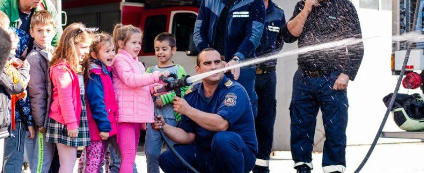 """Деца от детска градина """"Юрий Гагарин"""" гостуваха на пожарникари"""