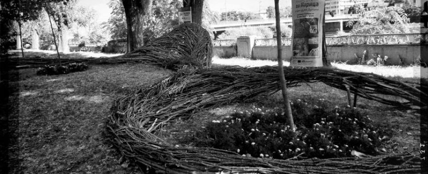 """Фотоизложба """"Реката"""" проследява артистичните интервенции по река """"Марица"""" създадени от ленд арт група """"Дупини"""" в проект """"Реката"""""""