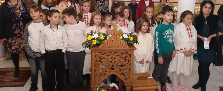 """Деца от """"П.Р.Славейков"""" в Пещера взеха участие в тържествената служба на храма """"Успение Богородично"""""""