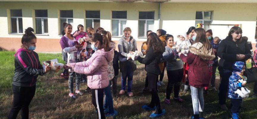 С добри сърца: Деца даряват играчки на болни деца в МБАЛ – Пазарджик