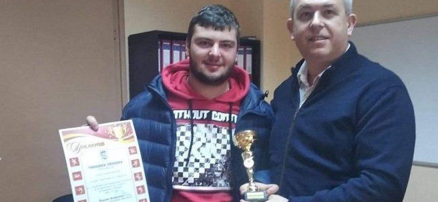 Йордан Младенов отличи вицешампион по вдигане на тежести за принос в развитието на спорта в Пещера