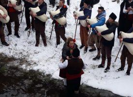 Младеж от Дорково предложи брак на своята любима в ледените води на река Мътница