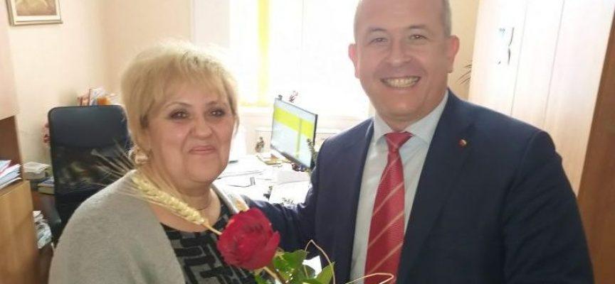 Йордан Младенов потачи пещерските баби с цвете и блага дума