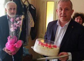 Йордан Младенов потачи 100- годишната баба Петра