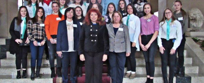Илияна Йотова посрещна в президентството ученици от село Драгиново