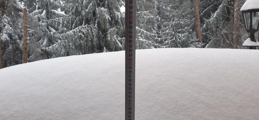 На Атолука: Над метър сняг затвори пътя към света