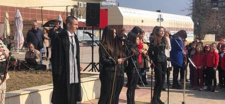 Учениците от Спортното училище се включиха с рецитал в поклонението по повод гибелта на Дякона