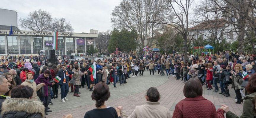 Стотици пазарджиклии се хванаха на празничното хоро на площада