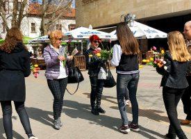 Пазарджиклийки получиха лалета от Съвета за младежка политика