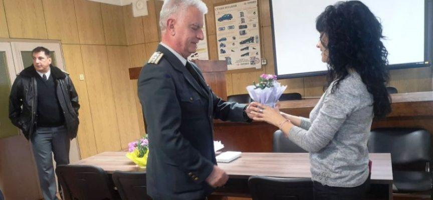 Когато осми март е в неделя: Шефът на пожарната подари цветя на всичките си служителки