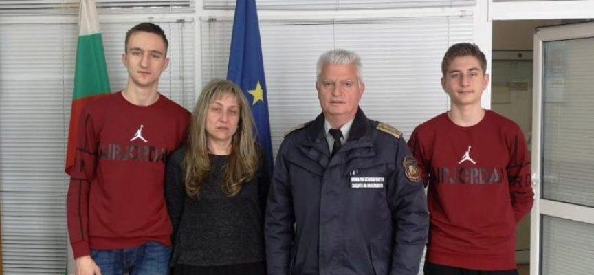 Огнеборци подпомогнаха семействата на свои загинали колеги