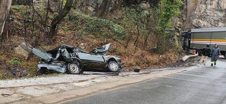 Катастрофа между кола и ТИР без пострадали затвори едната пътна лента в дефилето