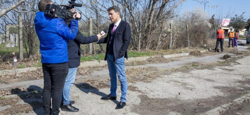 Община Пазарджик почиства банкетите на пътищата между селата