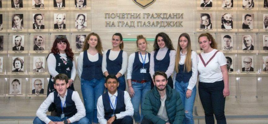 """Трима депутати гостуват в гимназия """"Иван Аксаков"""" в деня на Конституцията"""