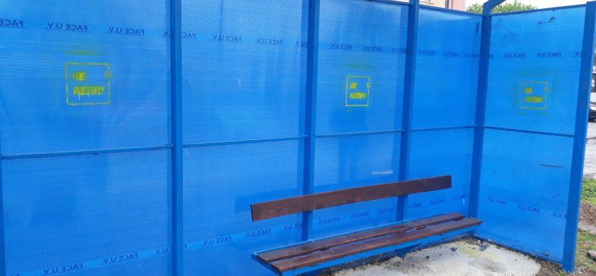 Община Пазарджик отново почиства спирките на автобусния транспорт в града от афиши и обяви