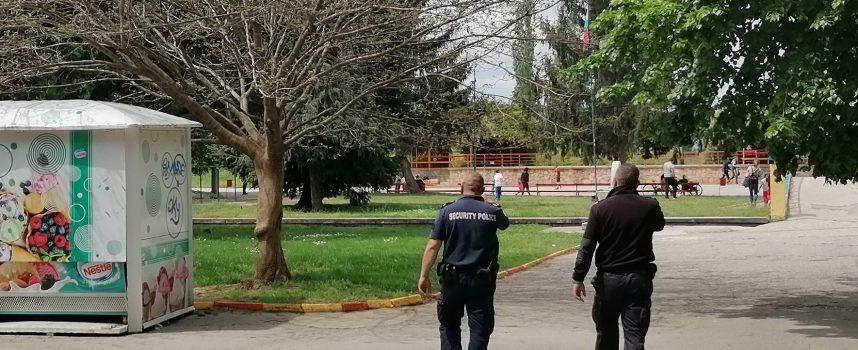 Полицейски патрули има в парковете и кварталните градини