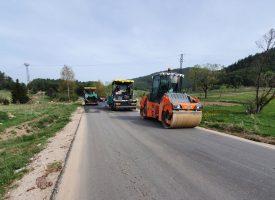 Полагат втория пласт асфалт на пътя Сърница – Велинград