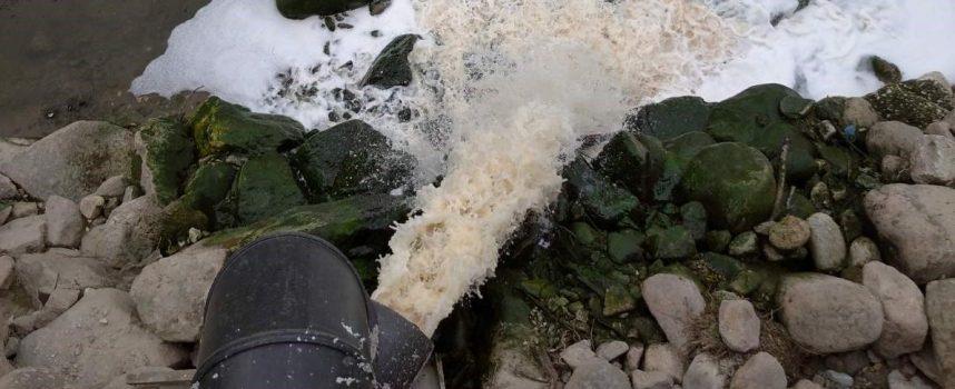 РИОСВ: Към момента на пробовземането от пречиствателната станция водите не се различават визуално от тези в клиповете