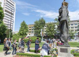 Поднасяме цветя на Захари Стоянов, Константин Величков и Св.св.Кирил и Методий в Деня на будителите