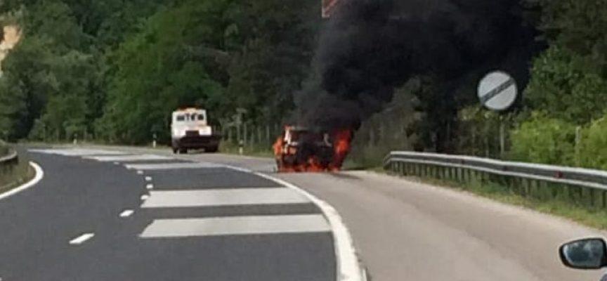 Луксозен джип пламна на магистралата преди Траянови врата
