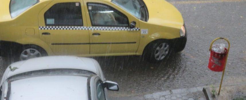 Гръмотевична буря с обилен валеж връхлетя Пазарджик