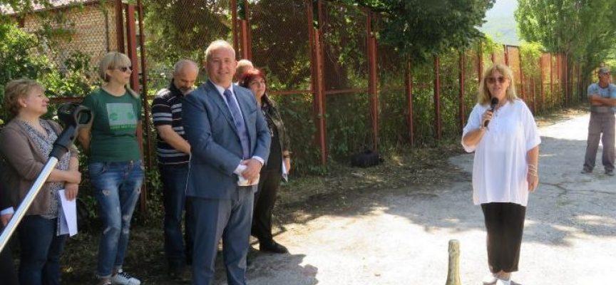 Първа копка на ново игрище направи днес кметът на Пещера