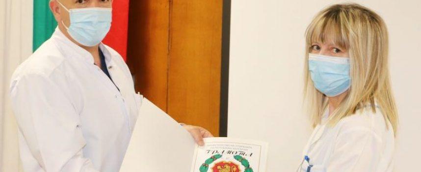 """Шефката на лабораторията по вирусология в """"Уни Хоспитал"""" с награда от проф. д-р Мутафчийски"""