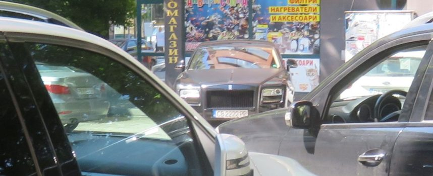 Пазарджик: Неизвестен с Ролс Роис събра зяпачи в центъра
