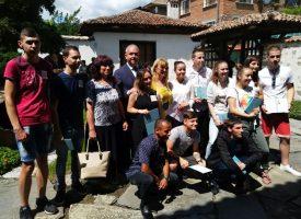 """Пещера: Зрелостниците от ПГХВТ """"Атанас Ченгелев"""" получиха дипломите си от кмета Йордан Младенов"""
