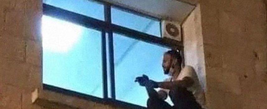 30-годишен палестинец наблюдава през прозореца на болницата заразената си с Covid-19 майка