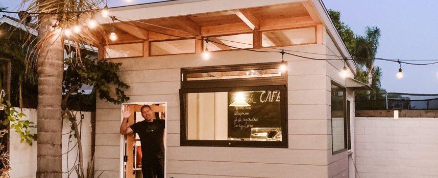 Мъж построи кафене в задния си двор по време на пандемията