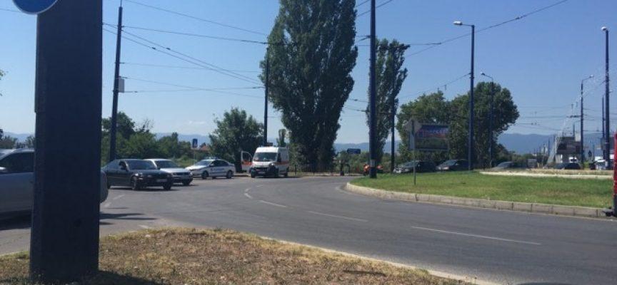 Моторист се сблъска с лека кола на кръговото на Марица