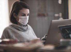 На бюрото в офиса – на не по-малко от 1.5 м разстояние от колегите и с маска задължително