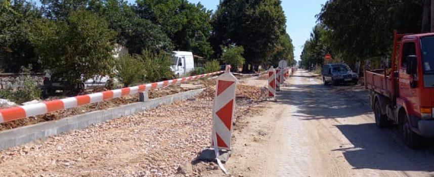 """Бошулци: """"Вода газим, жадни ходим"""", защо не правят канализация, заедно с новия път?"""