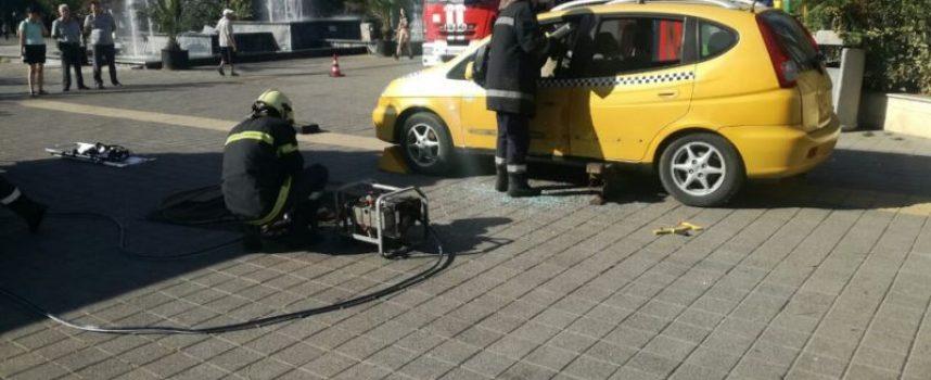 Огнеборци проведоха демонстрационна спасителна акция пред Театъра