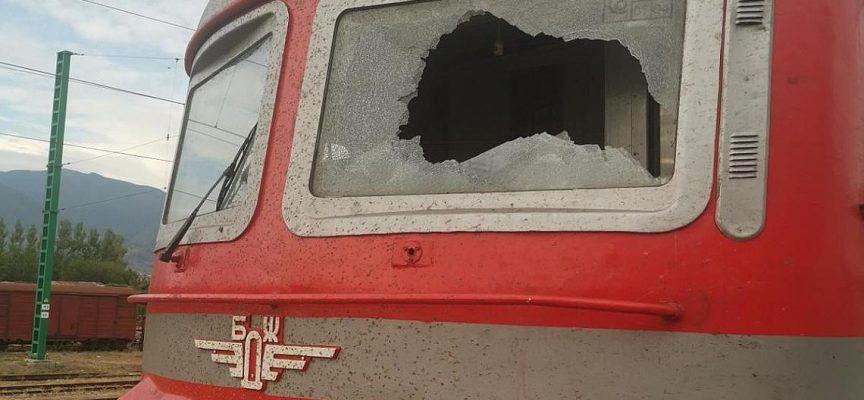 Вандали раниха помощник машинист на гара Септември, камък пръсна челното стъкло на локомотива